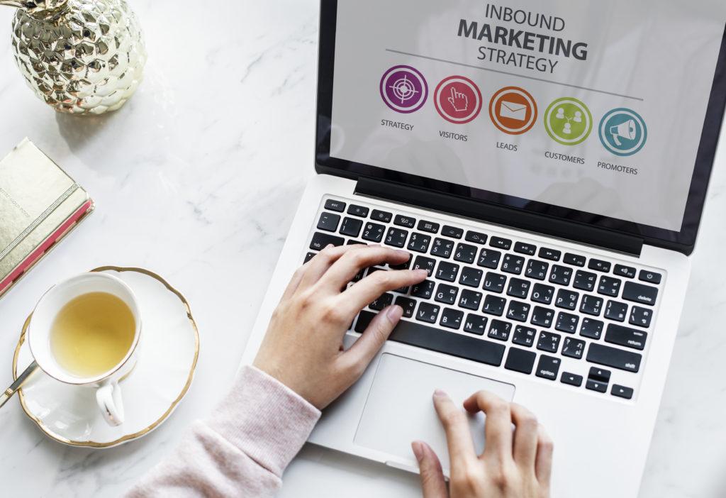 """Quelle stratégie de contenu pour les entreprises du BTP ? Maintenant que vous connaissez tous les avantages de la stratégie de contenu, comment la mettre en place ? Tout dépend de vos cibles (particuliers ou professionnels), de vos objectifs et de vos moyens. En fonction de ces trois indicateurs, voici quelques pistes pour mettre en oeuvre votre stratégie d'inbound marketing : Les actualités Le premier pas de la stratégie de contenu est tout simplement de créer une rubrique """"Actualités"""" sur votre site internet. Vous pouvez y communiquer sur vos nouveautés (produit, catalogue, service…), vos chantiers, vos informations corporate, etc. Publier du contenu régulièrement permet de montrer le dynamisme de votre entreprise et d'alimenter votre site internet. Le blog d'entreprise Le blog d'entreprise est un excellent outil pour publier des conseils et des informations pratiques auprès de vos cibles grand public comme professionnelles. Qu'il s'agissent de particuliers, d'artisans ou de prescripteurs, ce sont des internautes comme vous : quand ils cherchent une information, la plupart vont sur internet. Anticiper leurs requêtes en publiant du contenu sur votre blog est donc le meilleur moyen pour qu'ils vous trouvent. Les infographies L'infographie est un format très en vogue, car c'est simple, rapide et concret. Sur le web, il est souvent partagé, notamment sur les réseaux sociaux. Publier des infographies liées à votre secteur d'activité est donc un excellent moyen d'accroître votre visibilité rapidement. Les vidéos Ces dernières années, la vidéo est de loin devenu le format web le plus apprécié des internautes. 7 consommateurs sur 10 déclarent préférer la vidéo au texte pour découvrir un produit ou un service et 90 % affirment que la vidéo les aide à prendre des décisions d'achat. Vous avez donc tout intérêt à intégrer la vidéo dans votre stratégie de communication. Plusieurs formats de vidéos sont populaires dans le BTP et l'industrie : la présentation produit, le tutorie"""